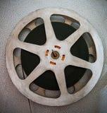 电影卷与filmstrip的部分在16 mm电影放映机细节 免版税库存照片