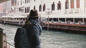 电影后面看法享受沿城市河的被射击愉快的地方年轻女人大气小船旅行在威尼斯意大利 股票录像