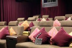 电影在休息室的сlapper板有坐垫的 库存图片