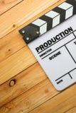 电影在木桌上的板岩影片 图库摄影