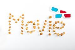 电影字法由玉米花和3D玻璃制成在白色,电影放映时间概念 免版税库存照片