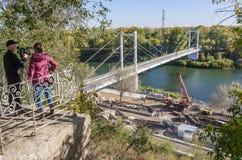 电影工作人员射击关于乌拉尔河堤防的重建的一个电视报告 图库摄影