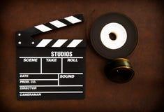电影拍板和在木地板上的影片轴细节 免版税库存照片