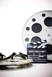 电影拍板和葡萄酒35 mm影片在白色的戏院卷轴 库存照片