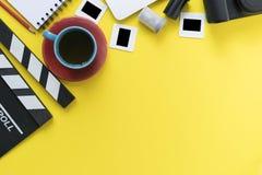 电影拍板和辅助部件在黄色背景 免版税库存图片