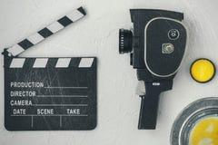电影摄影机、clapperboard、影片箱子和黄色过滤器 免版税库存照片