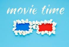 电影放映时间的概念与3d杯的玉米花 免版税库存图片
