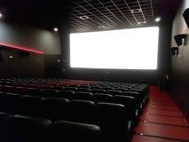 电影院戏院内部有空的红色和黑位子的 图库摄影