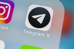 电报x在苹果计算机iPhone x屏幕特写镜头的应用象 电报x app象 电报x是一个网上社会媒介网络 库存照片