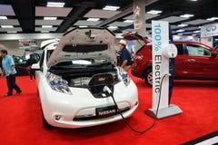 电日产生叶在显示的汽车在汽车展示会陈列 库存照片