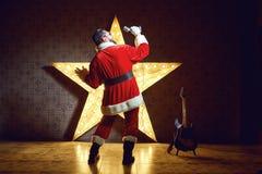 电星的背景的圣诞老人DJ在Christm 库存图片