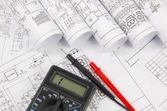 电机工程图画和数字式多用电表 免版税库存照片