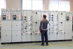 电机工程师做服务、测试和维护低v 免版税库存照片