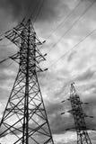 电杆输电线和导线剪影在风暴, omnious天空 免版税库存图片