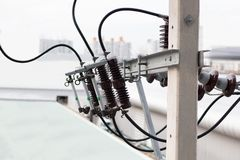 电杆输电线和导线 库存照片