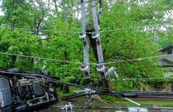 电杆,在飓风损坏了在事故以后后被移交的汽车 免版税库存图片