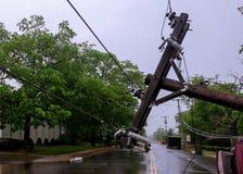 电杆,在飓风损坏了在事故以后后被移交的汽车 免版税库存照片