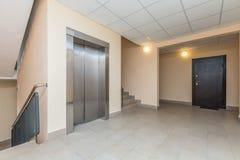 电梯和台阶 免版税库存照片