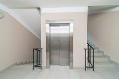 电梯和台阶 免版税库存图片