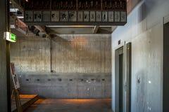 电梯在被放弃的工厂 免版税库存照片