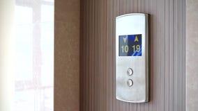 电梯或推力屏幕有连续数字的 股票录像