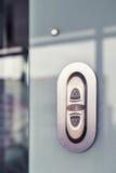 电梯按钮 在现代玻璃墙上 库存照片