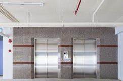电梯推力在办公室,推力对地板机智的运输地板 库存照片