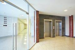 电梯推力大厅和一个透明门 免版税库存图片
