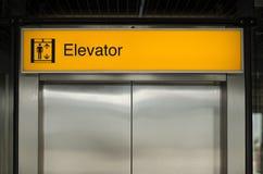 电梯标志 免版税图库摄影