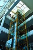 电梯玻璃人运输 库存图片