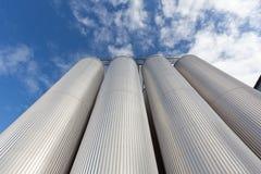 电梯由反对天空的被镀锌的钢制成 图库摄影