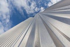 电梯由反对天空的被镀锌的钢制成 免版税图库摄影