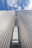 电梯由反对天空的被镀锌的钢制成 免版税库存照片