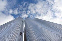 电梯由反对天空的被镀锌的钢制成 库存图片