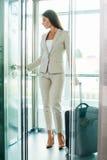 电梯的女实业家 免版税图库摄影