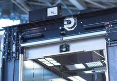 电梯设施,安装一个现代电梯的推力技术员 图库摄影