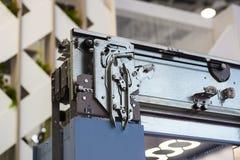 电梯设施,安装一个现代电梯的推力技术员 免版税库存图片