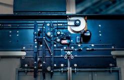 电梯设施,安装一个现代电梯的推力技术员 库存图片