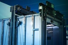 电梯设施,安装一个现代电梯的推力技术员 免版税库存照片