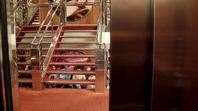 电梯结束和人台阶的 影视素材