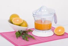 电橙色榨汁器 免版税库存图片