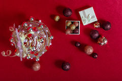 电汇在红色背景的圣诞树 库存图片