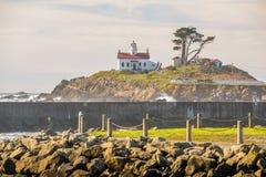 电池在太平洋海岸的点灯塔,在1856年修造 图库摄影