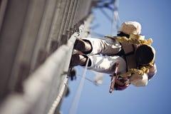 电池塔的登山人 库存图片