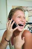电池女孩电话联系的年轻人 免版税库存图片