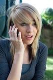 电池女孩移动电话联系少年 图库摄影