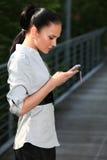 电池女孩移动电话 免版税库存图片
