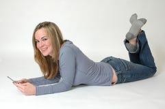 电池少年女孩的电话 免版税库存图片