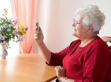 电池老电话妇女 免版税库存图片