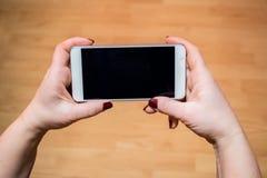 电池藏品电话妇女年轻人 免版税库存图片
